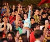 Cổ động viên ăn mừng tuyển Việt Nam vào tứ kết Asian Cup