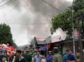 Đang cháy lớn kho hàng hóa sau chợ Vinh