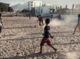 Yemen và trận bóng giữa làn lửa đạn