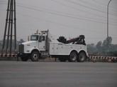 Căng thẳng tại quốc lộ 5, xe cẩu lớn được điều đến