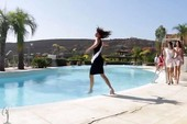 Hụt chân, thí sinh hoa hậu hoàn vũ té hồ bơi