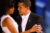 Kỷ niệm 25 năm ngày cưới, bà Obama đăng ảnh gây sốt