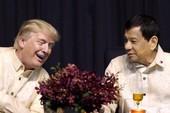 Ông Trump mặc trang phục truyền thống của Philippines