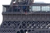 Nín thở với màn đi dây thăng bằng đến tháp Eiffel