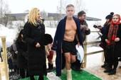 Sau ông Putin, đại sứ Mỹ cũng trầm mình dưới sông băng