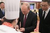 Ông Putin thưởng trà trên tàu cao tốc, thử làm sủi cảo tại TQ