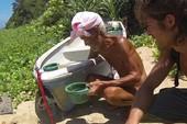 Cụ ông 82 tuổi 30 năm sống 'nude' ngoài hoang đảo