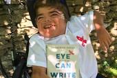 Cậu bé khuyết tật viết sách bằng mắt