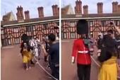 Nữ du khách bị lính Hoàng gia Anh đẩy ngã khỏi lối đi