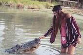 Lạ đời nữ sinh chụp ảnh tốt nghiệp cùng…cá sấu