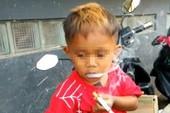 Choáng với cậu bé 2 tuổi hút 40 điếu thuốc mỗi ngày