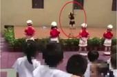 Sa thải hiệu trưởng trường mầm non cho múa cột mừng khai giảng