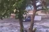 Clip: Khoảnh khắc sóng thần đuổi theo người dân Palu