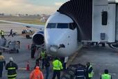 Máy bay chở khách 'móp đầu' vì đâm vào vật thể không người lái