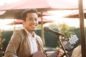 Cậu SV hát từ thiện ở phố Bolsa được Quang Lê mời diễn