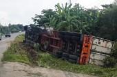 Tránh xe khách lấn làn, container lật nhào bên đường