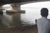 Một người rơi sông chết đuối vì trốn nợ, bị truy đuổi