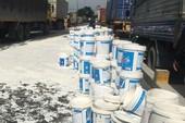 Bình Dương: Cả trăm thùng sơn đổ ập, giao thông hỗn loạn