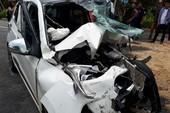 Bình Dương: Ô tô đấu đầu container, 3 người bị thương nặng