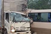 Xe khách tông xe tải, 12 người bị thương