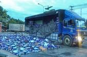 Dân gom hàng trăm thùng bia trên đường giúp tài xế