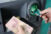 Bắt kẻ giật tiền của người nước ngoài ở trụ ATM