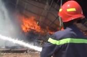 Cháy dữ dội xưởng sản xuất đệm mút ở Bình Dương