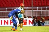 Claudecir rời sân theo kiểu Salah