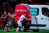 Ô tô chết máy, cầu thủ xúm vào đẩy xe chở cầu thủ đi bệnh viện