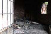Bốn cha con chết cháy trong căn nhà khóa trái cửa