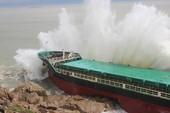 Váng dầu nghi từ các tàu bị chìm trong bão ở Quy Nhơn