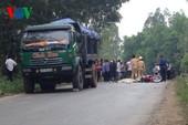Cố vượt xe tải, cô gái trẻ bị cán tử vong