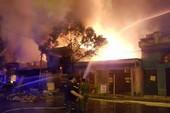 Bãi tập kết gỗ bùng cháy dữ dội