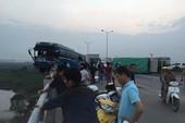 Tai nạn kinh hoàng, xe khách suýt lao xuống sông