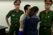 Nhận tổng án tử hình, tử tù lao đến hôn bạn gái lần cuối