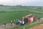 Xe khách lao khỏi cao tốc, 20 người thoát chết