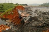 Hàng ngàn mét khối quặng thải tràn vào nhà dân