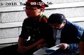 Phan Văn Vĩnh chăm chú đọc từng trang cáo trạng truy tố mình