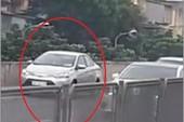 Ô tô lùi xe ngược chiều ở đường trên cao