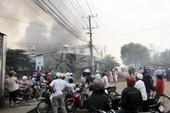 Đốt rác, cháy rụi năm nhà dân