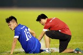 HLV Hữu Thắng ngại sân xấu và cầu thủ mang băng gối