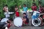 Nhóm nhạc nghiệp dư chơi trống 'bá đạo'
