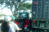 Xe máy chen đường với xe tải