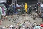 Hàng trăm người dọn vệ sinh sau lũ ở Hội An