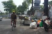 Bãi rác tung hoành trên đường Hoàng Sa