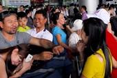 Sân bay Tân Sơn Nhất đông nghịt khách về Tết