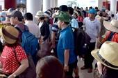 Điều 12 tàu đưa hàng ngàn du khách kẹt ở đảo Lý Sơn vào bờ