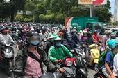 Nhiều điểm tụ tập đông người, giao thông ách tắc