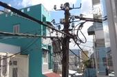 Lo lắng vì cột điện nghiêng hẳn vào nhà