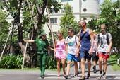 Áo xanh 'giải cứu' khách Tây giữa Sài Gòn